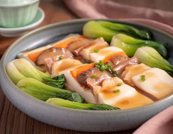 Steamed Yunnan ham, chicken with mushroom and tofu